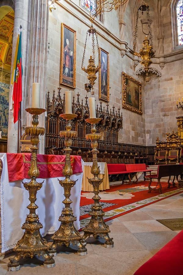 Braga, Portugal - 28. Dezember 2017: Kathedrale Se-Des Braga Drei hohe Kerzenst?nder in den Hauptkapellenaltar- und -chorst?llen  lizenzfreie stockfotos