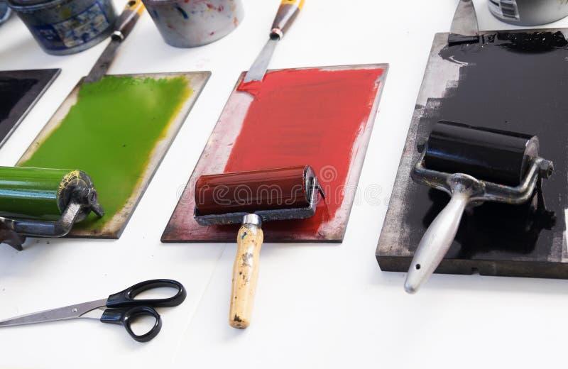 Bragas y rodillos para hacer el monoprint imagen de archivo libre de regalías
