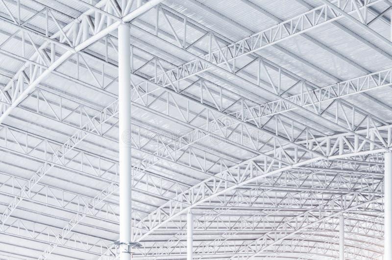 Braguero de la estructura de acero, marco del tejado y hoja de metal grandes en el edificio fotografía de archivo