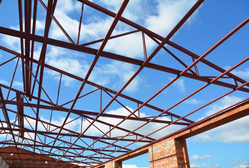 Bragueros de acero del tejado Construcción de la techumbre La construcción de la casa de marco del tejado del metal con el tejado imágenes de archivo libres de regalías