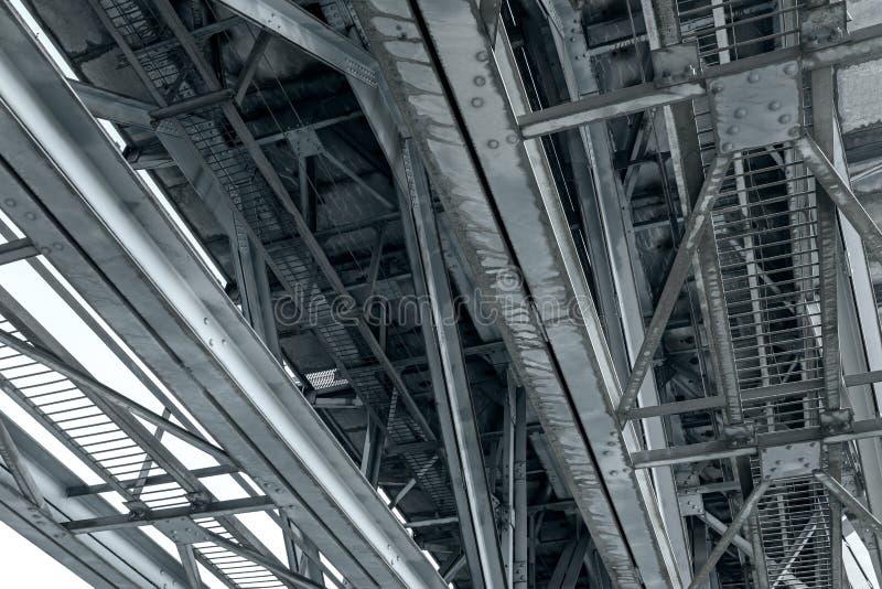 Bragueros de acero oxidados del puente del ferrocarril foto de archivo libre de regalías