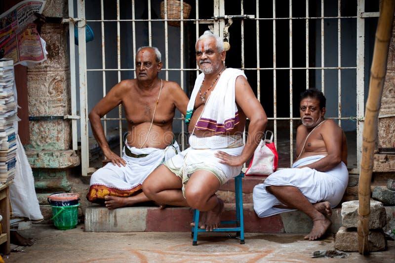 Brahmán hindú con el templo interior de Meenakshi de las cualidades religiosas foto de archivo libre de regalías
