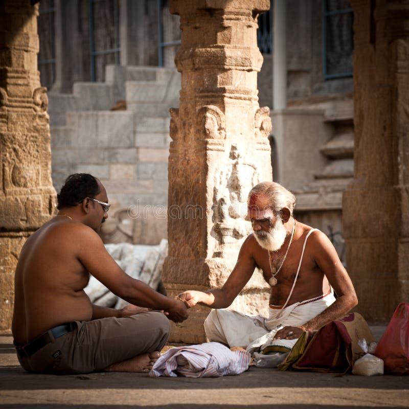Brahmán hindú con las cualidades religiosas que bendicen a gente en el templo de Meenakshi La India, Madurai, Tamil Nadu foto de archivo libre de regalías