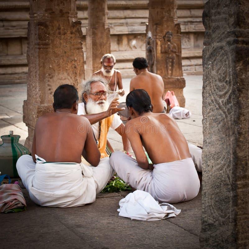 Brahmán hindú con las cualidades religiosas que bendicen a gente en el templo de Meenakshi La India, Madurai, Tamil Nadu fotografía de archivo libre de regalías