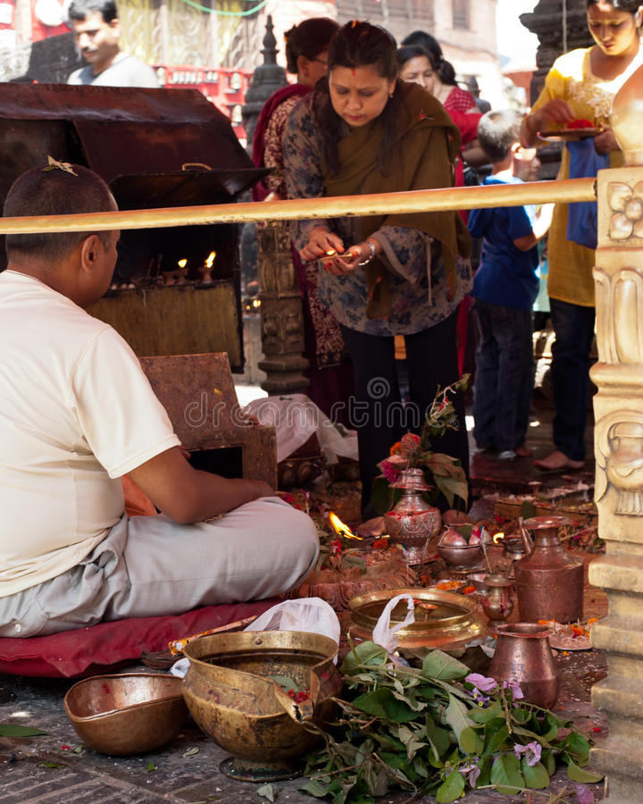 Brahmán hindú que proporciona ceremonia en Swayambhunath Stupa Nepal, Katmandu imagen de archivo