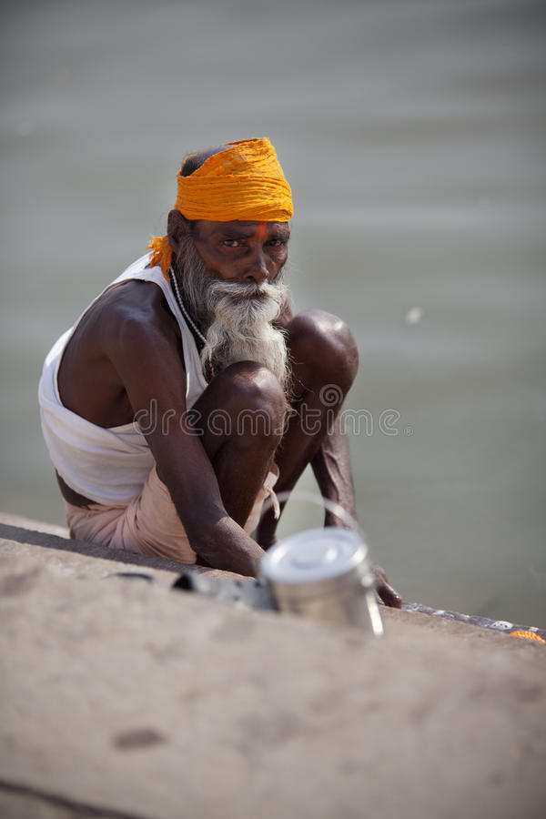 Brahman do homem santamente que lava pelo rio de Ganges em India imagem de stock royalty free