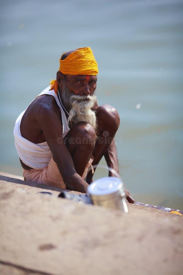Brahman do homem santamente que lava pelo rio em india fotografia de stock