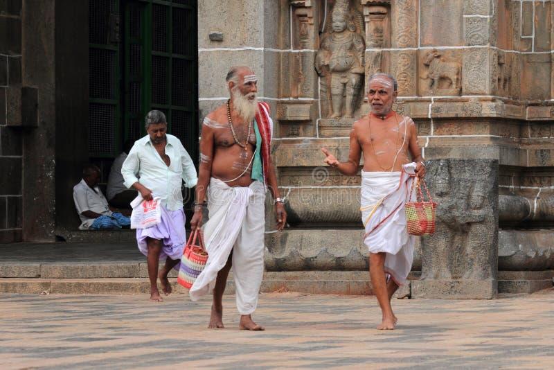 Brahman- Priester betreten den Nataraja-Tempel lizenzfreie stockfotografie