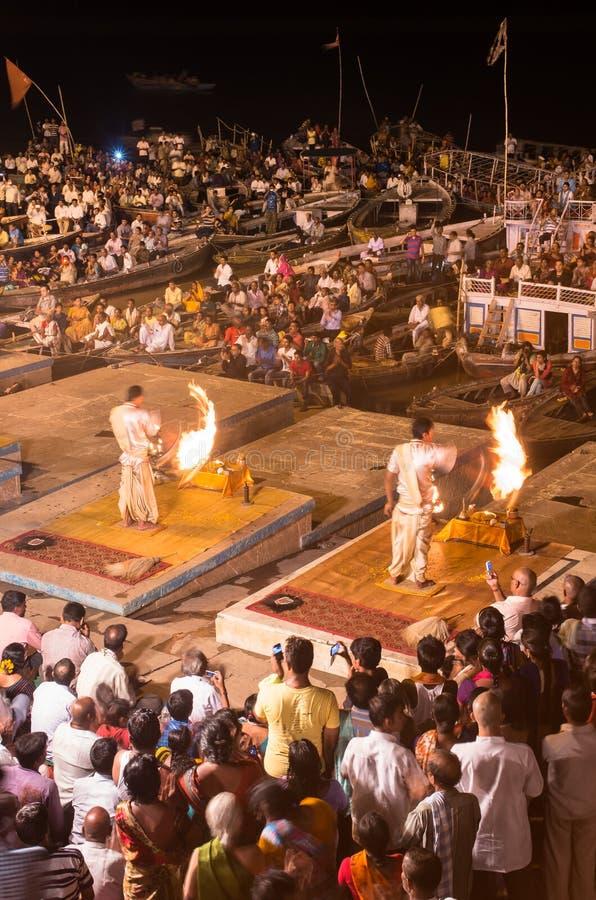 Brahman- Priester führen eine Puja-Zeremonie zum heiligen Fluss Gan durch stockfotos