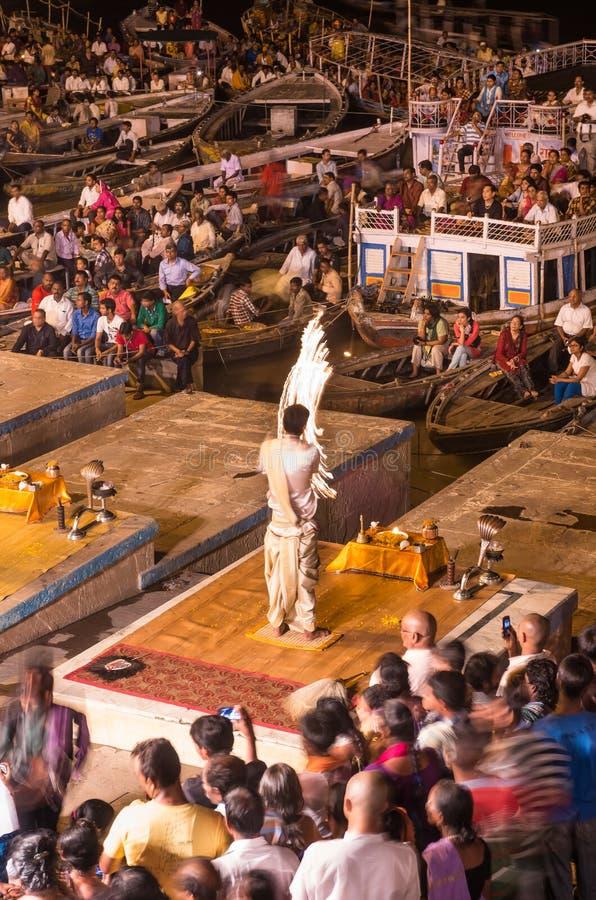 Brahman- Priester führen eine Puja-Zeremonie zum heiligen Fluss Gan durch lizenzfreie stockbilder