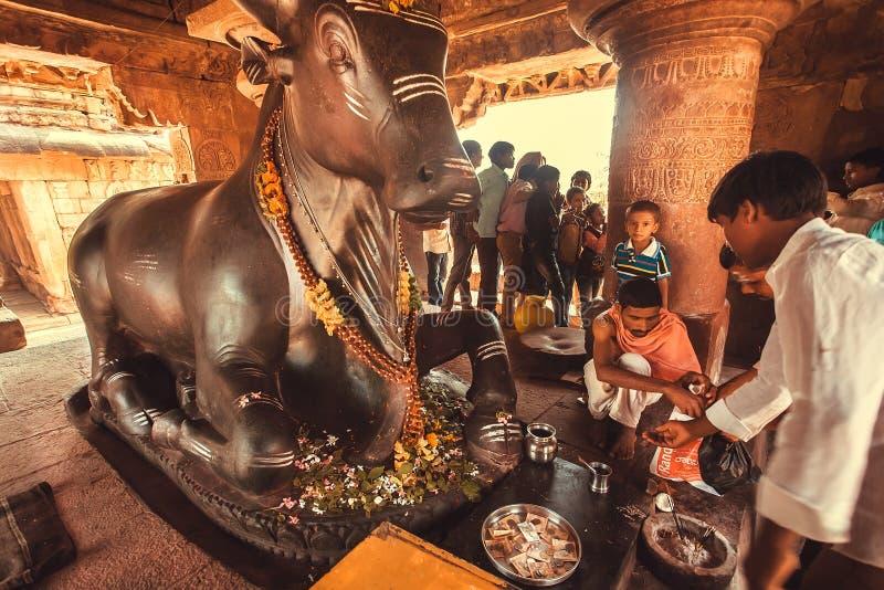 Brahmane, der ein puja Ritual innerhalb des Tempels mit dem Gottheitsstier Nandi leitet stockfotos