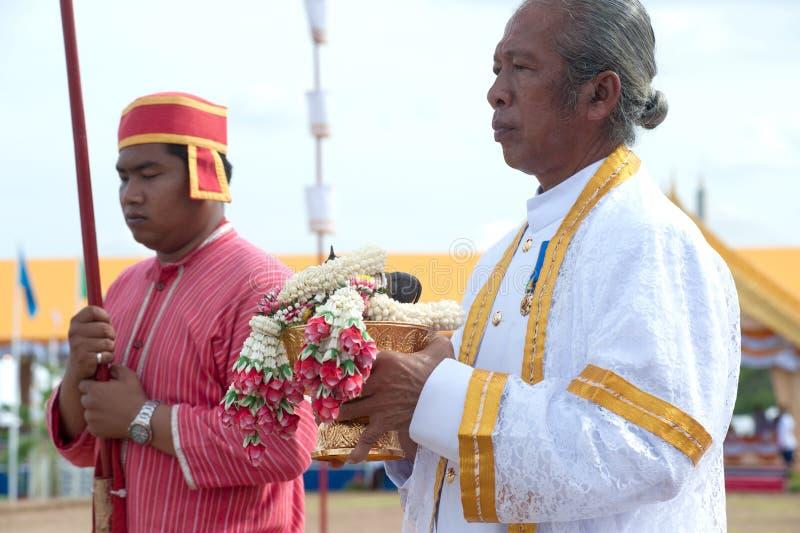 Brahmane, der Girlanden in der königlichen pflügenden Zeremonie hält. lizenzfreies stockbild