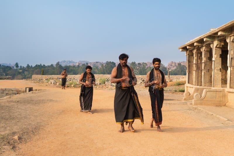 Brahmanen von Hampi gehen stillzustehen stockfoto