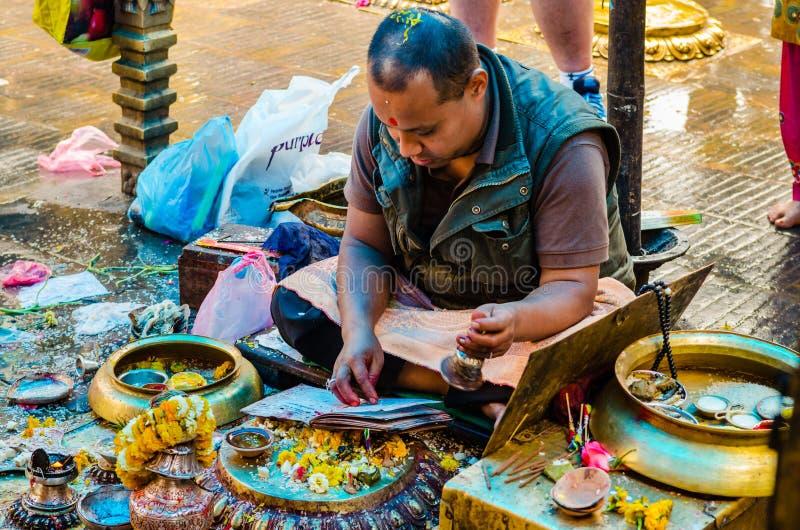 Brahmin indou fournissant la cérémonie chez Swayambhunath Stupa image stock