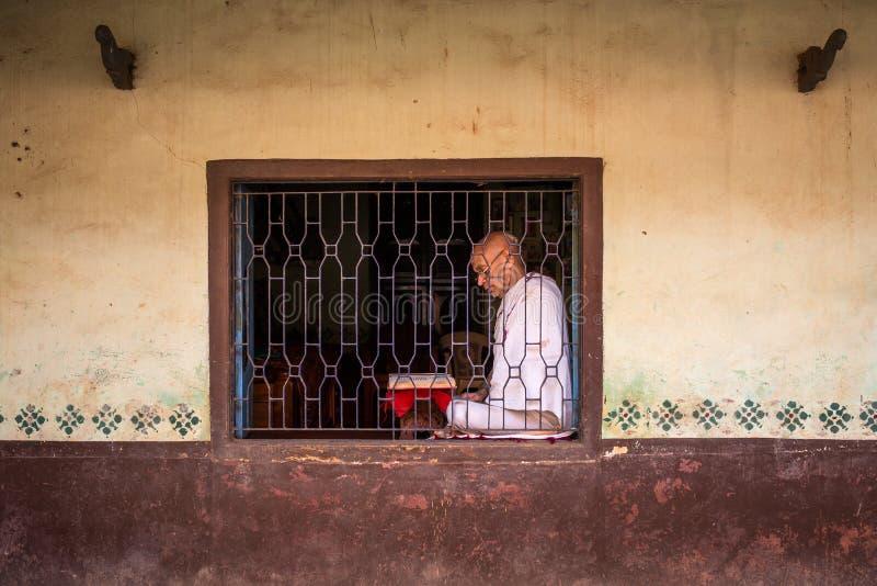 Brahmin não identificado do templo na janela do templo foto de stock royalty free