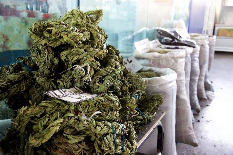 Braided ha asciugato le foglie dell'acetosa da vendere nel mercato, Yerevan, Armenia fotografia stock