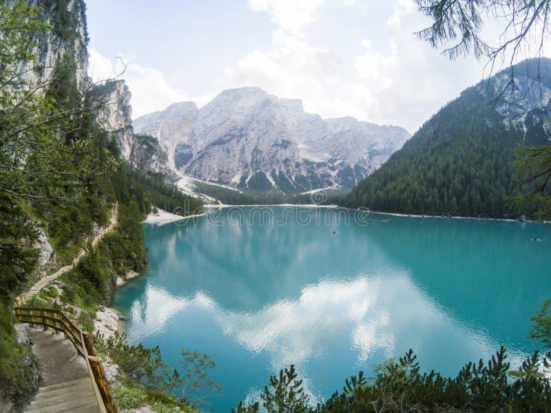 Braies湖惊人的看法  Lago与夏天森林的di Braies和山在表面湖水白云岩反射了 库存照片