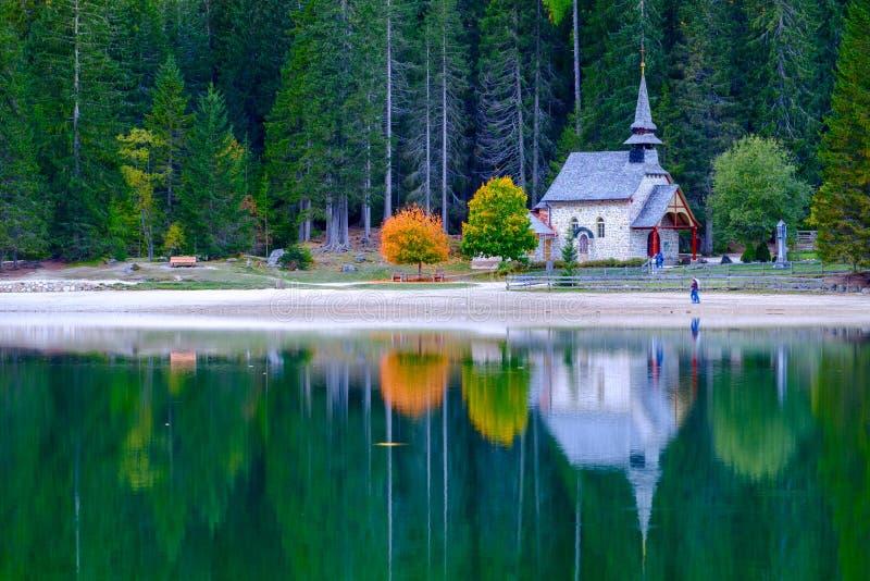 Braies湖的一点教堂白云岩山的 免版税库存照片