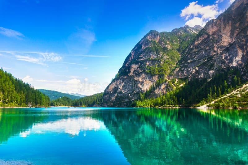 Braies o lago Prags y montañas de las dolomías Trentino Alto Adig imagenes de archivo