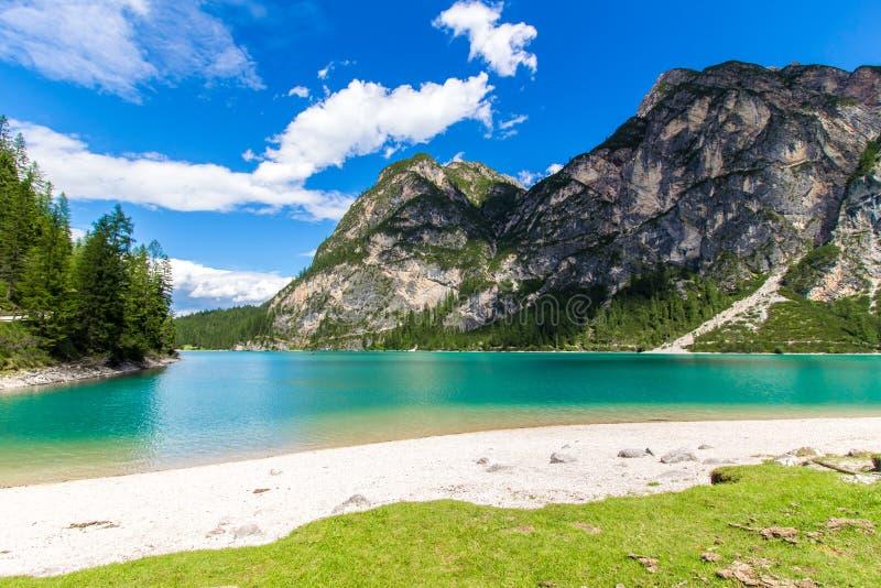 Braies sjö Lago di Braies i dolomitesna, Italien arkivfoton