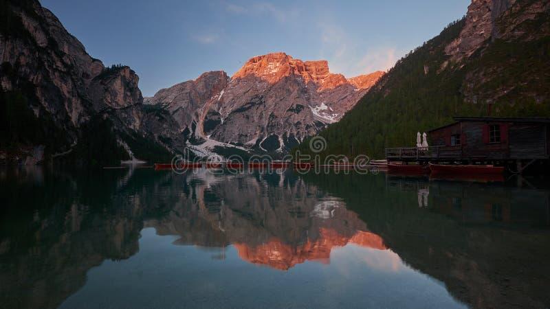 Braies Sjö Lago di Braies i Dolomitesberg, Italien royaltyfri foto
