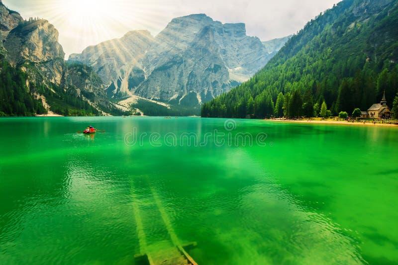 Braies sjö och Dolomites, södra Tyrol, Italien royaltyfri foto