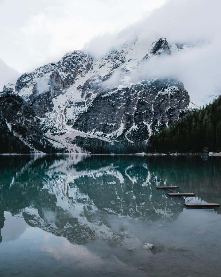 Braies y montañas del lago cubiertos con nieve imagenes de archivo