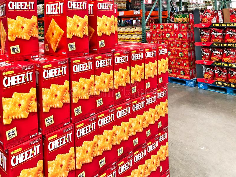BRAINERD, ΜΝ - 30 ΜΑΡΤΊΟΥ 2019: Κιβώτια Cheez αυτό πρόχειρα φαγητά τυριών στην επίδειξη σε έναν μαγαζί λιανικής πώλησης αποθηκών  στοκ εικόνα
