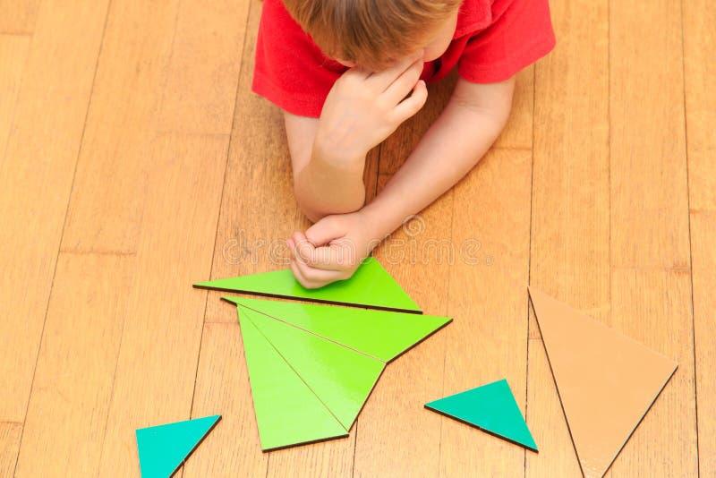 brainstorm pensamientos Niño pequeño que soluciona matemáticas imagen de archivo