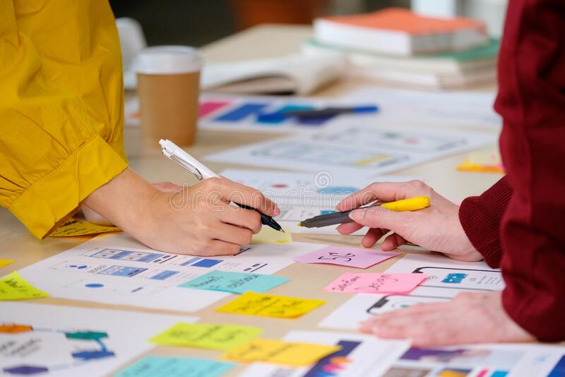 Brainstorm planejando uma equipe asiática criativa, feche as mãos, equipe de desenvolvedores de aplicativos de celulares se reuni imagem de stock