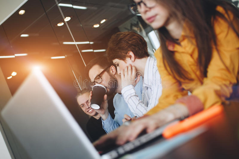'brainstorming' ομάδων Coworking στο σύγχρονο γραφείο Εργασιακή ατμόσφαιρα στην αίθουσα συνεδριάσεων Νέα δημιουργική ομάδα διευθυ στοκ εικόνες με δικαίωμα ελεύθερης χρήσης