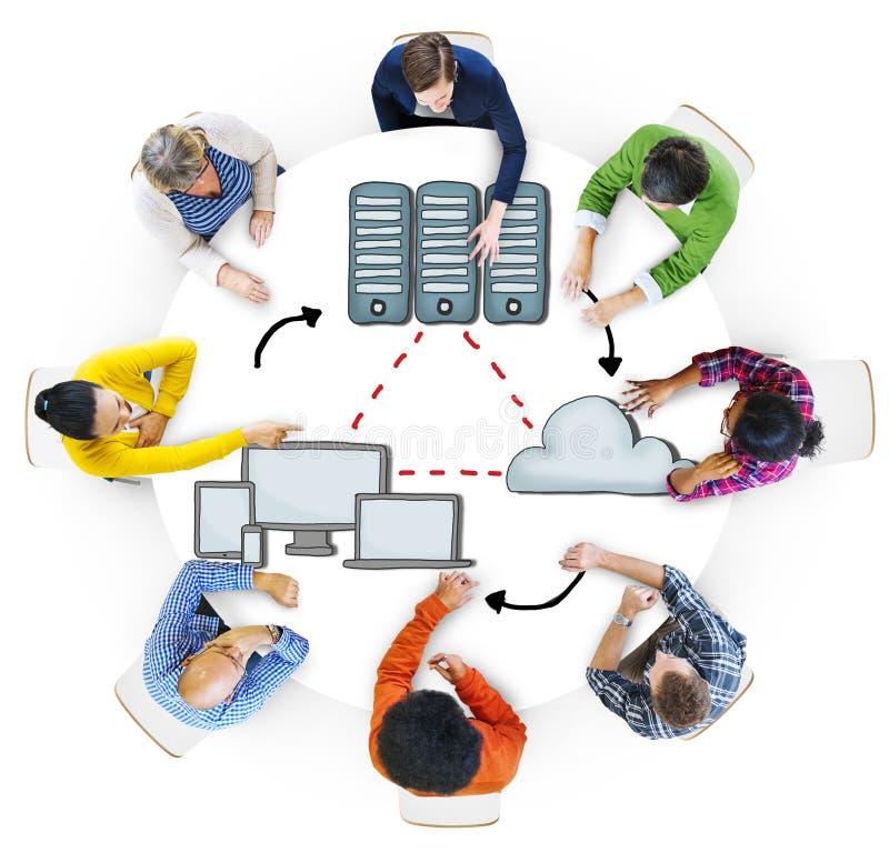 'brainstorming' ομάδας ανθρώπων για τη σύνδεση υπολογιστών στοκ εικόνα με δικαίωμα ελεύθερης χρήσης
