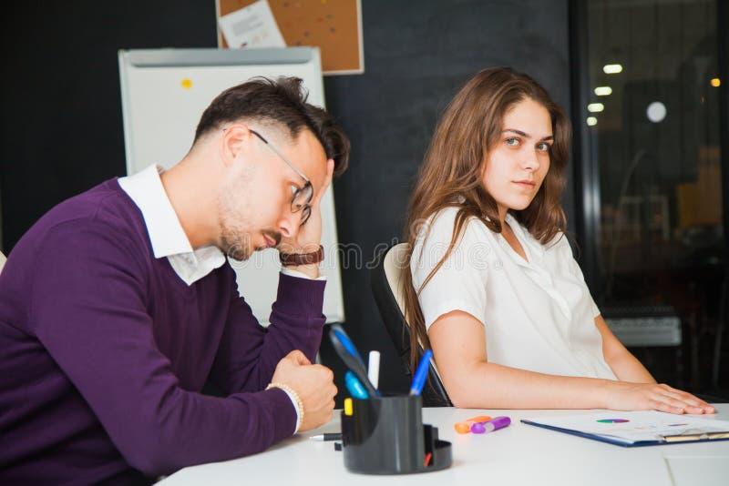 'brainstorming' στη δύσκολη εκλεκτική εστίαση εργαζομένων γραφείων επιχειρησιακής κατάστασης στοκ εικόνα