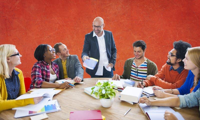 'brainstorming' casuale di direzione di lavoro di squadra che impara concetto immagine stock libera da diritti