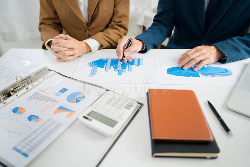 'brainstorming' corporativo del gruppo di affari, strategia di pianificazione che ha un investimento di analisi di discussione ch fotografia stock