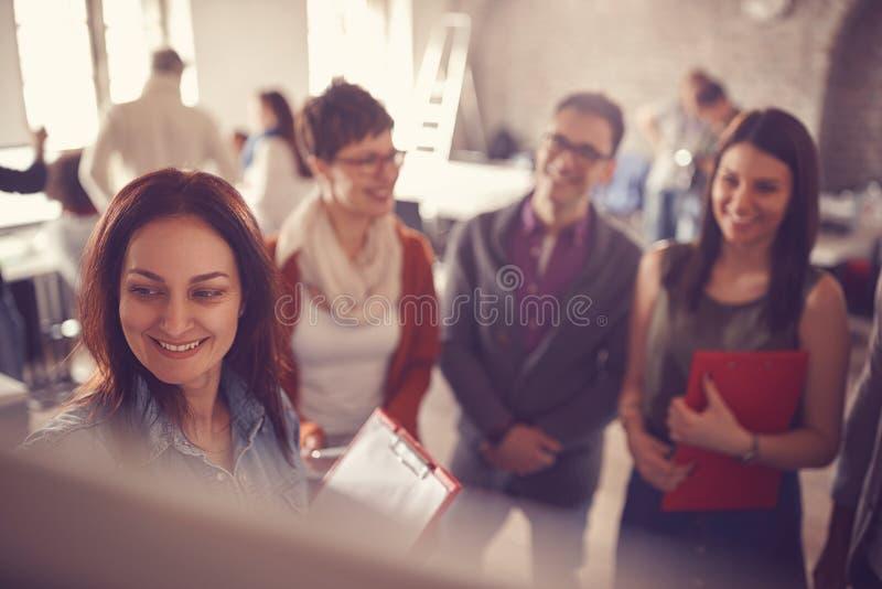 'brainstorming' creativo della donna di affari del capo al bordo in ufficio fotografia stock