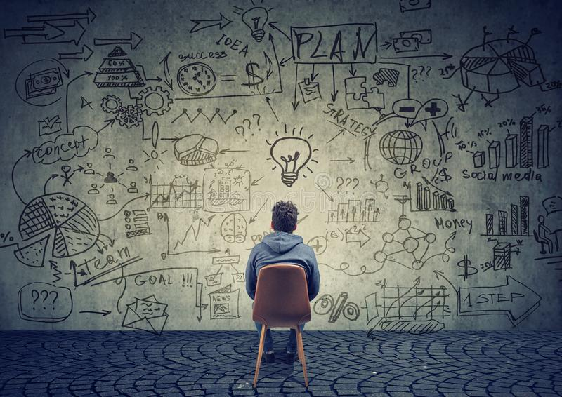 'brainstorming' dell'uomo sul business plan immagine stock
