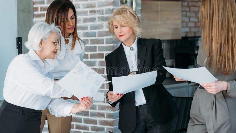 'brainstorming' di analisi di lavoro di squadra delle donne di affari immagini stock