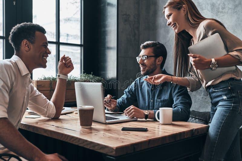 brainstorming Grupo de hombres de negocios confiados jovenes del discussi fotos de archivo