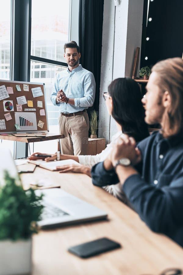 brainstorming Grupo de hombres de negocios jovenes que usan la pizarra w fotos de archivo libres de regalías