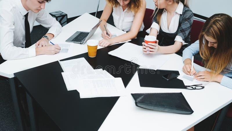 BrainstormingBüroangestellt-Fristengeschäft lizenzfreies stockbild