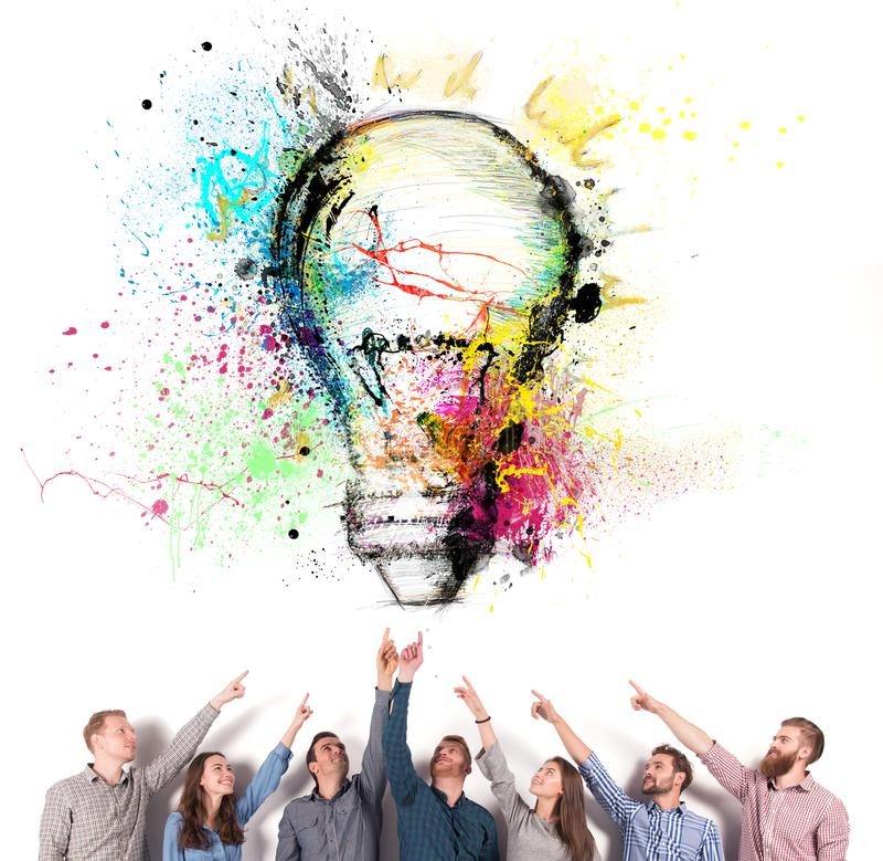 Brainstormingkonzept mit Geschäftsmännern, die eine Lampe anzeigen Konzept des Ideen- und Firmenstarts stockfotos