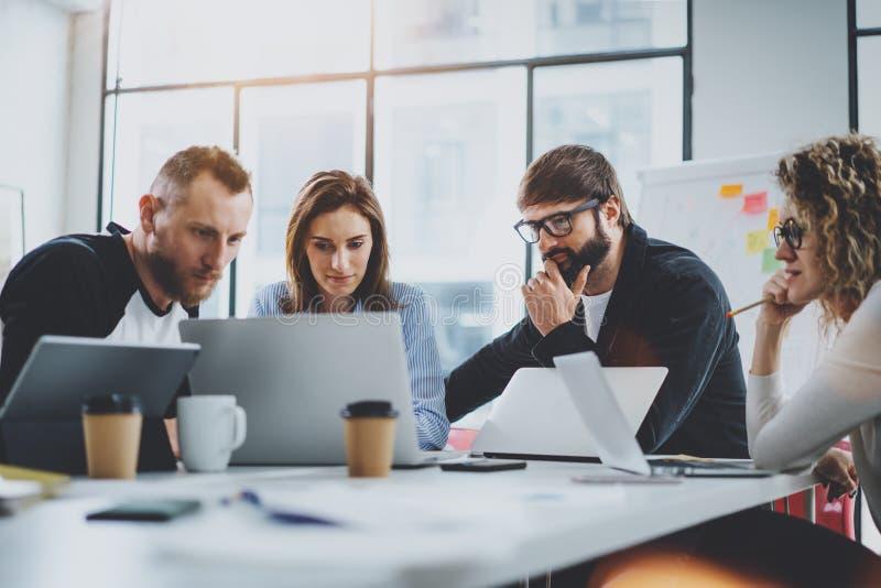 Brainstormingprozeß im Büro Junge Mitarbeiter arbeiten modernes Bürostudio zusammen horizontal Unscharfer Hintergrund lizenzfreie stockbilder