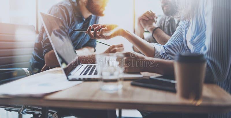 Brainstormingprozeß im sonnigen Büro Junge Mitarbeiter arbeiten modernes Bürostudio zusammen Herstellung der jungen Leute stockfoto