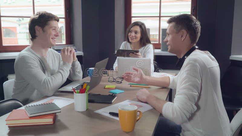 Brainstormings jonge collega's met gelukkige glimlach stock fotografie