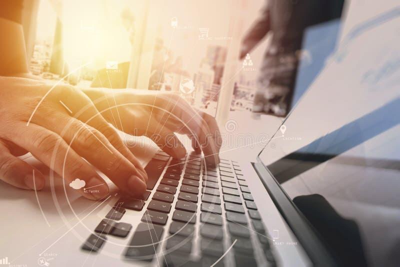 brainstrom Teamwork-Sitzungskonzept, Geschäftsmann unter Verwendung des beweglichen pho lizenzfreie stockbilder
