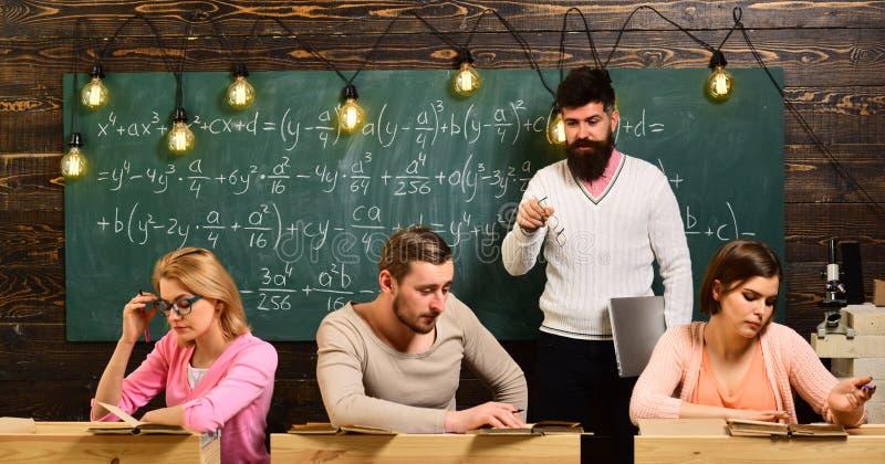 brainwaves коллективно обсуждать на классе университета или коллежа студенты группы людей на процессе метода мозгового штурма Муж стоковая фотография rf