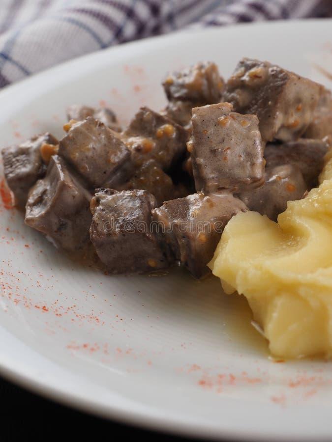 Braised говядина в соусе и картофельных пюре на белой плите стоковая фотография rf