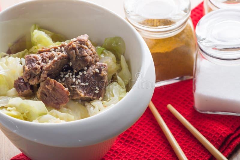 Braised говядина с капустой и рисом стоковое изображение rf