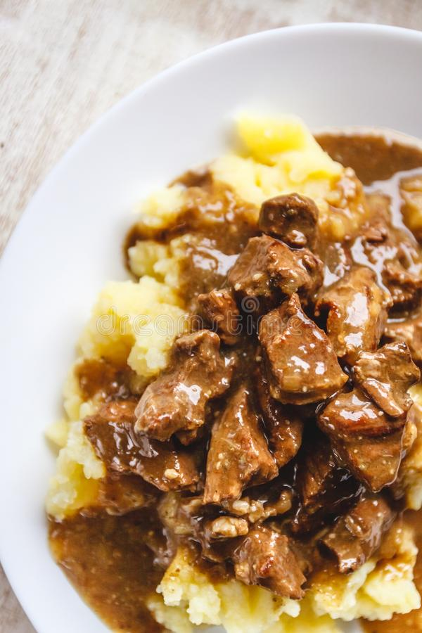 Braised говядина, stroganoff говядины с подливкой на картофельных пюре r стоковые изображения